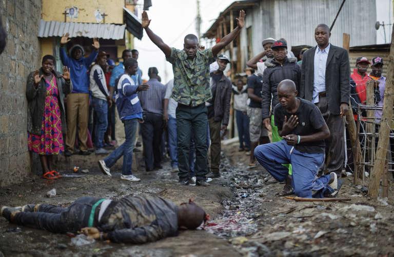 Un homme abattu par la police selon la foule, gît sur le sol, dans le bidonville de Mathare, à Nairobi, le 9 août.