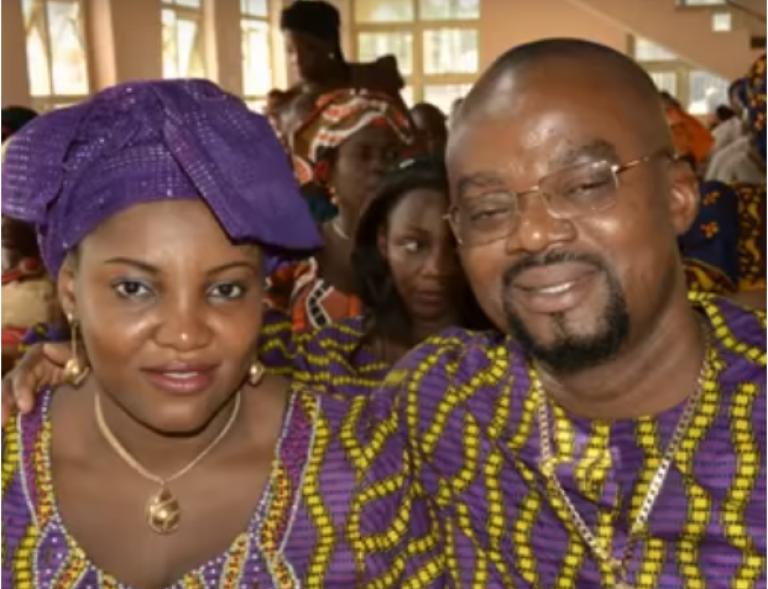 Aloysius Nnamdi Ikegwuonu, alias « l'Evêque », et son épouse, dans l'église qu'il sponsorise près d'Onitsha, au Nigeria. Image issue d'un montage vidéo fait à partir de son album de famille.