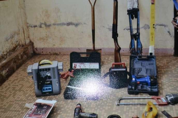 Du matériel présenté par les autorités comme faisant partie de« l'arsenal» des« terroristes». Ici, essentiellement des outils de bricolage.