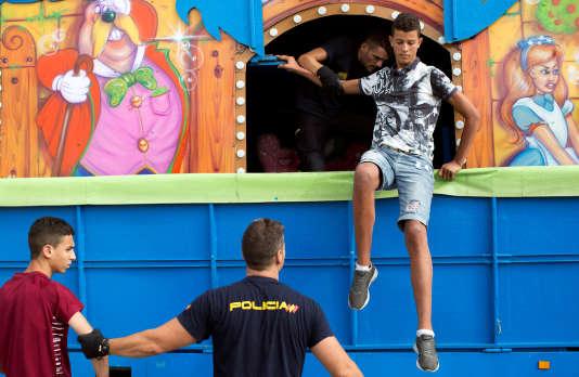 Des migrants cachés dans un camion de fête foraine sont arrêtés à Ceuta, le 7 août.
