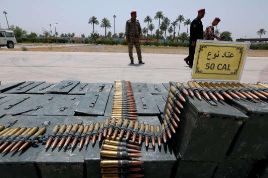 Les forces de sécurité irakiennes devant des armes saisies à des combattants de l'organisation Etat islmique le 9 août 2017 à Bagdad.