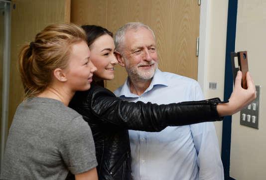 Jeremy Corbyn se prête au jeu du selfie lors d'une visite dans un hôpital, en Cornouailles, le 10 août.