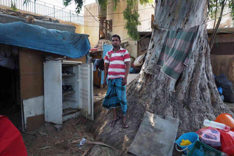 Dans le ghetto pour les collecteurs de déchets, à Tripoli. Abduazid a 32ans. Il attend d'avoir suffisament d'argent pour rentrer dans son pays d'origine, le Bangladesh. Il a payé 8000dollars pour venir en Libye il y a quatre ans. Abdelazid ne peut pas rentrer chez lui tant qu'il ne sera pas en mesure de rembourser les 8000dollars et rentrer ainsi dans ses frais.