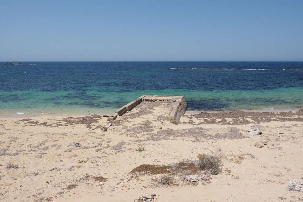 Sur le site archéologique de la ville de Sabratha, au bord de l'eau.