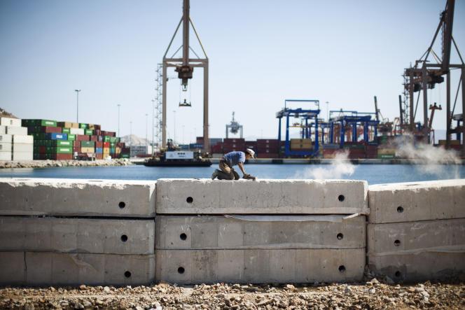 Construction d'un quai par le groupe chinois Cosco, dans le port du Pirée, à Athènes, en septembre 2012.