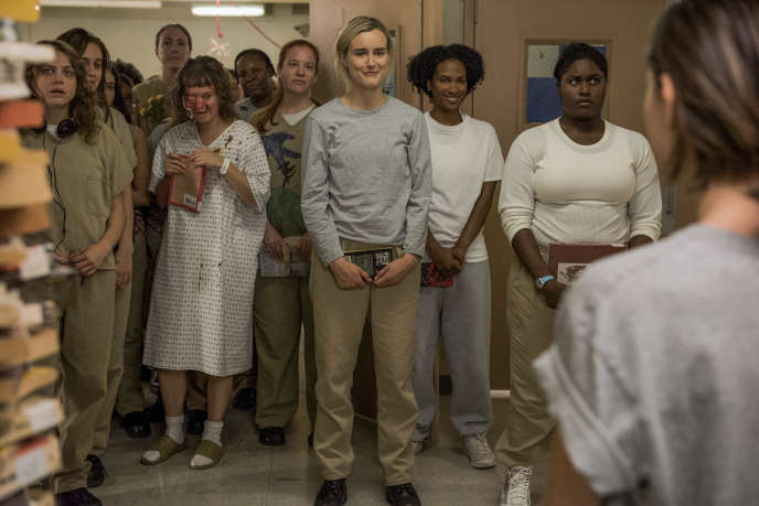 Taylor Schilling (au centre) dans « Orange Is the New Black ».