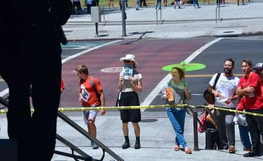 Des militants ont interrompu la conférence de presse organisée sur le parvis de l'hôtel de Ville de Los Angeles, scandant« des logements, pas des Jeux», le 11 août.