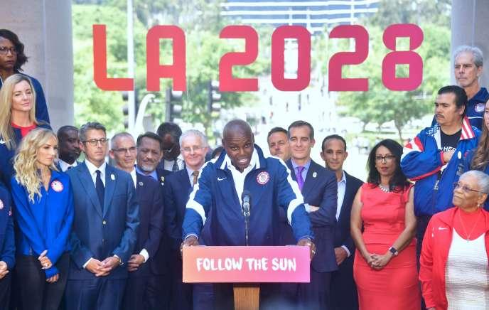 Le sprinteur Carl Lewis, neuf fois médaillés olympique, lors de la conférence de presse organisée devant l'hôtel de Ville de Los Angeles, le 11 août.