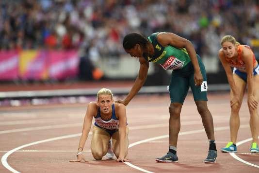 Caster Semenya réconforte la Britannique Linsey Sharp, vendredi 11 août, lors des demi-finales du 800 m à Londres.