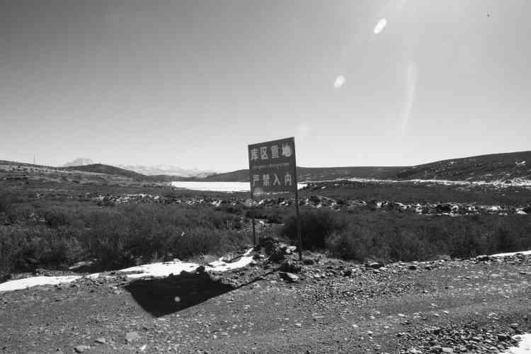 Panneau à l'entrée d'une des mines de Jiajika.
