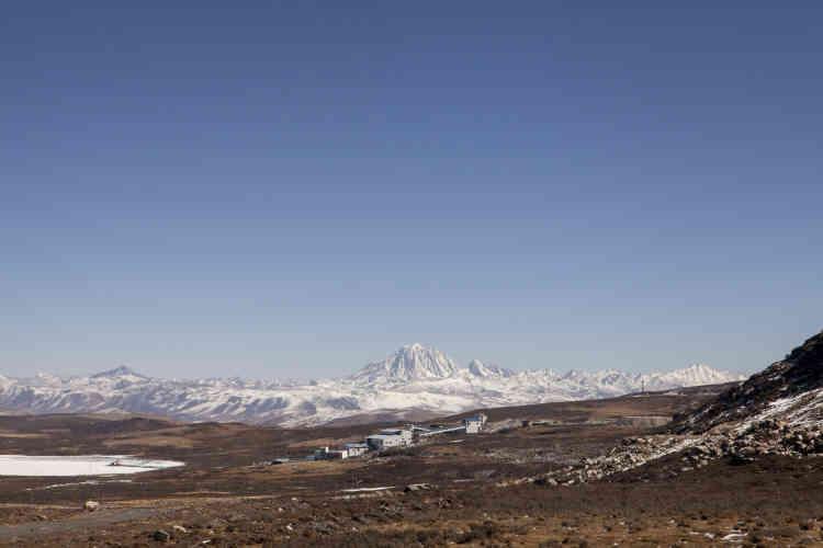 Au milieu du grand plateau, la mine Rongda. En arrière-plan, la montagne sacrée Chagra, recouverte de neige.