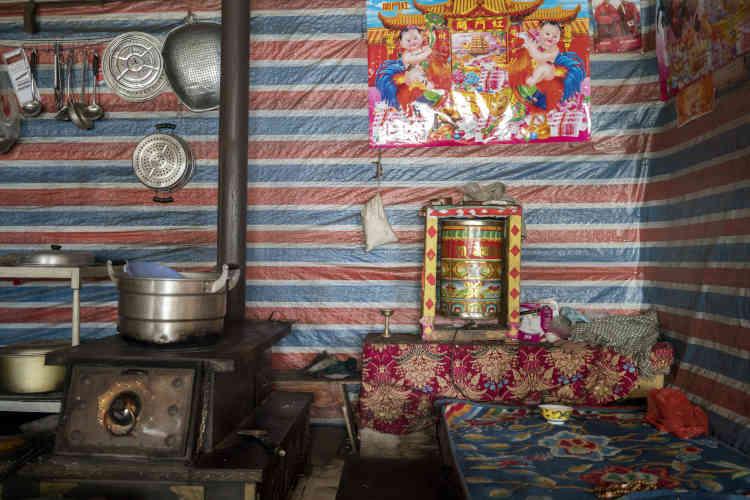 L'intérieur de la maison d'un moine, dans un village à quelques kilomètres de la mine de Jiajika.