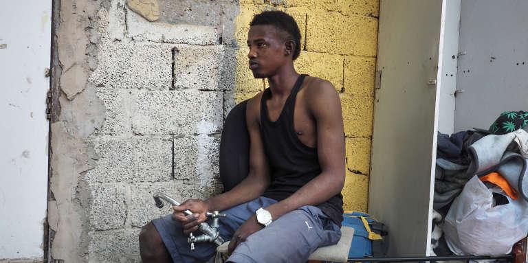 Abderahmane, 19 ans, est arrivé en Libye en 2013. Il vit dansun ghetto pour les collecteurs de déchets juste à côté du centre de tri. Il attend d'avoir suffisamment d'argent pour rentrer dans son pays d'origine, le Niger