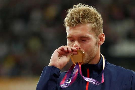 Le champion du monde du décathlon Kevin Meyer lors de la remise des médailles, samedi 12 août à Londres.