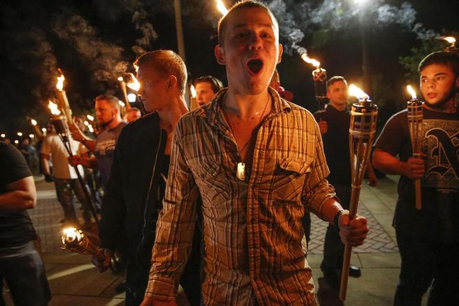 Sur les réseaux sociaux, des interautes tentent, à partir de photographies, de retrouver l'identité des militants ayant participé au rassemblement extrémiste de Charlottesville (Virginie).