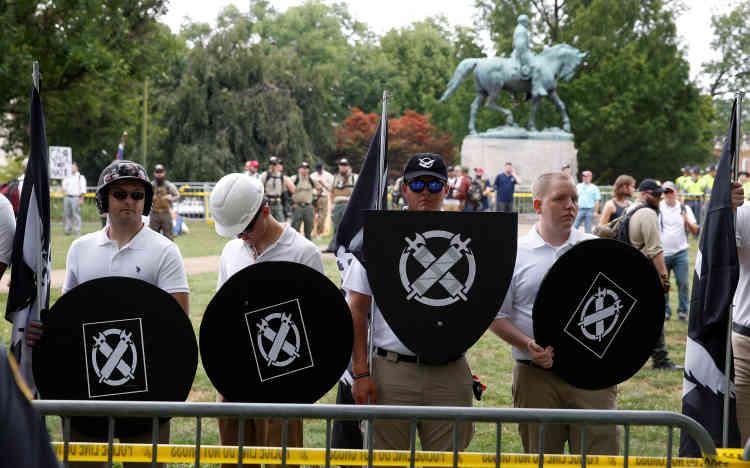 Des suprémacistes blancs devant la statue du général Lee, héros du mouvement confédéré, qu'ils espèrent voir rester dans un parc de Charlottesville.