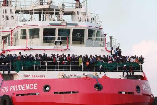 Le «Prudence»,le plus gros bateau de secours de MSF, ramenant 935 migrants sauvés en Méditerranée le 14 juillet. Il a quitté les eaux internationales samedi 12 août.