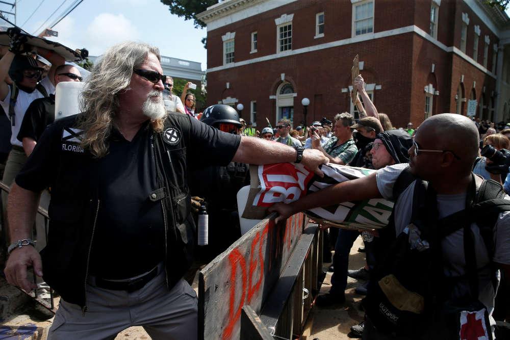Face-à-face entre un suprémaciste blanc (à gauche) et un antiraciste (à droite) durant les manifestations de Charlottesville.