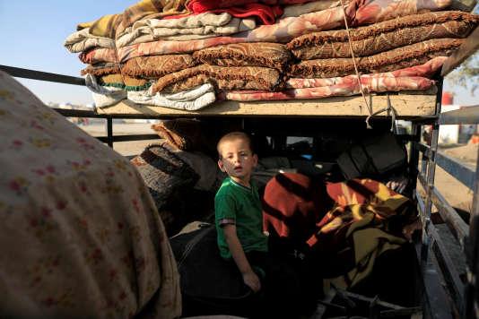 Une famille fuit la ville de Deir Ezzor pour se réfugier au campement d'Aïn Issa, au nord de Rakka, le 12 août.