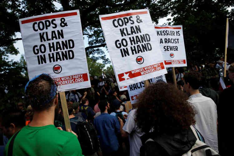 « Les flics et le Klan [référence au Ku Klux Klan] sont main dans la main», déclarent les panneaux des manifestants antiracistes.