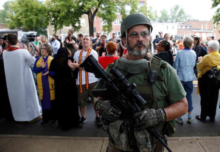 Un suprémaciste blanc devant un groupe de religieux qui protestent contre les attaques racistes.