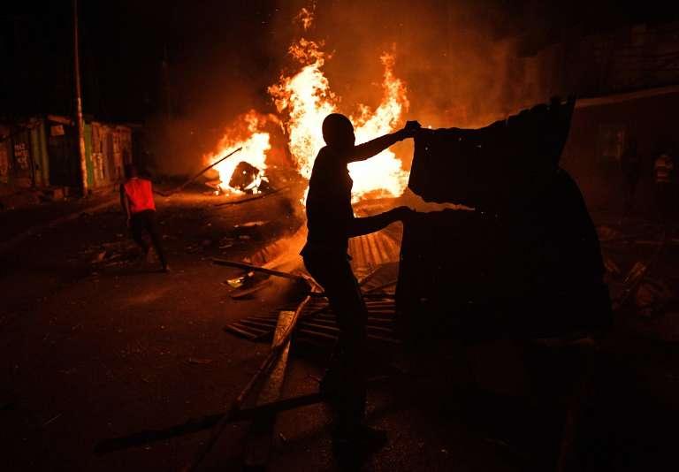 Dans le bidonville de Kibera, à Nairobi, des partisans de l'opposant Raila Odinga incendient les commerces appartenant à des membres de l'ethnie kikuyu, estimant que le président élu a volé les élections. Le 11 août.