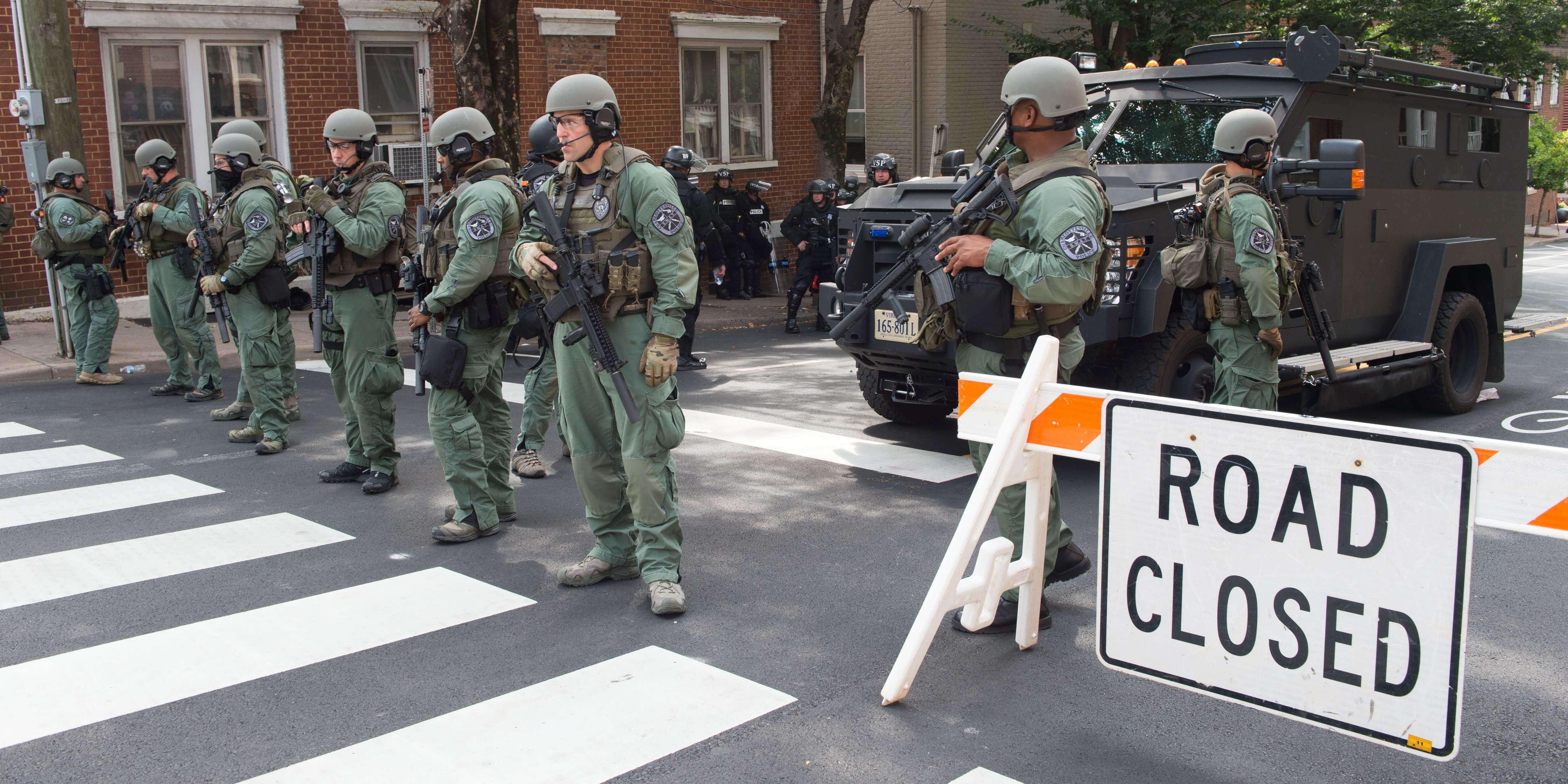 La police de Charlottesville tente de contenir les débordements des manifestations suprémacistes et antiracistes qui se font face dans la ville.