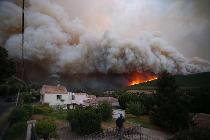 L'incendie à Pietracorbara, sur le cap Corse, à la tombée de la nuit, le 11 août.
