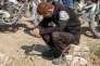 Un casque blanc à Sarmine (Syrie), le 12 août, après une attaque armée.