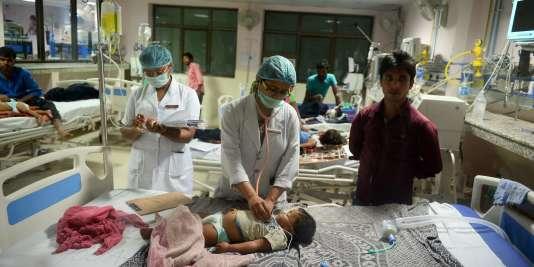 A l'hôpital public Baba Raghav Das, le 13 août. Une rupture dans l'approvisionnement d'oxygène pourrait être la cause de la mort de nombreux enfants.