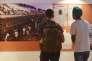 Des visiteurs regardent des photographies et des articles de journaux au Musée de la partition d'Amritsar, dans le Pendjab indien, le 14 juin 2017.