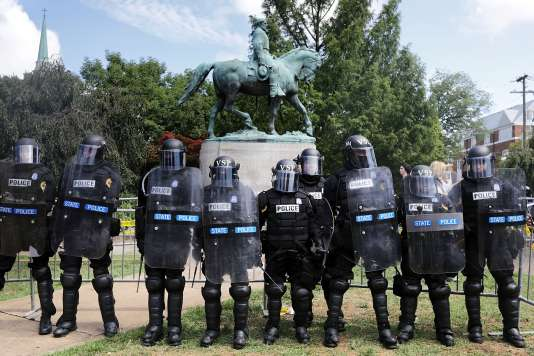 La police de Virginie défend l'accès à la statue du général Lee aux suprémacistes, néo-nazis et militants d'extrême droite, le 12 août.