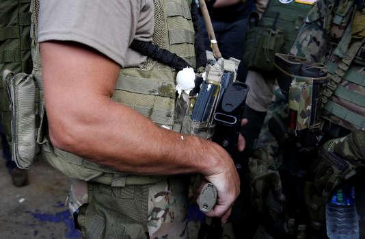 Un membre d'une milice suprémaciste a reçu unœuf sur son treillis militaire, à Charlottesville, samedi 12 août.
