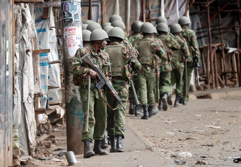 Des policiers dans le bidonville de Kibera, le 12 août.