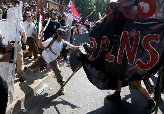 Affrontements entre les groupes suprémacistes et des contres-manifestants à Charlottesville (Virginie), samedi 12 août.