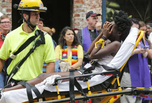 Une manifestante blessée par la voiture qui a foncé dans la foule est évacuée, samedi 12 août, à Charlottesville (Virginie).