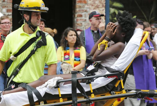 Une manifestante blessée par la voiture qui a foncé dans la foule est évacuée, samedi12août, à Charlottesville (Virginie).