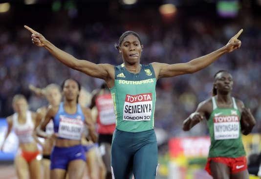 La Sud-Africaine Caster Semenya célèbre sa victoire lors du 800 m, dimanche 13 août, à Londres.