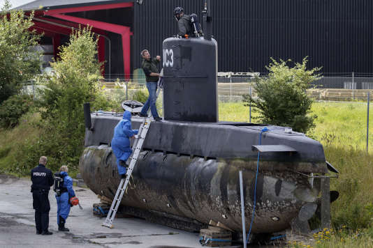 La police danoise inspecte le sous-marin «UC3Nautilus», à Copenhague (Danemark), le 13août.