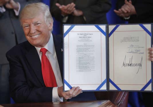 En vacances dans le New Jersey, Donald Trump a signé un texte de loi sur les anciens combattants, le 12 août.