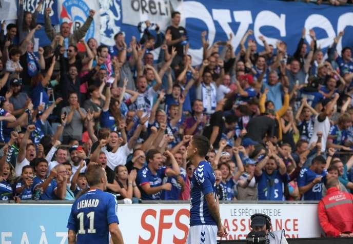 Le milieu de terrain Jonas Martin célèbre son but avec les supporteurs du RCS, au stade de la Meinau, le 13 août 2017.