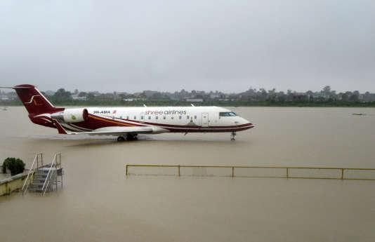 A l'aéroport de Biratnagar, à 240 km de la capitale Katmandou, les pistes sont noyées sous un mètre d'eau.