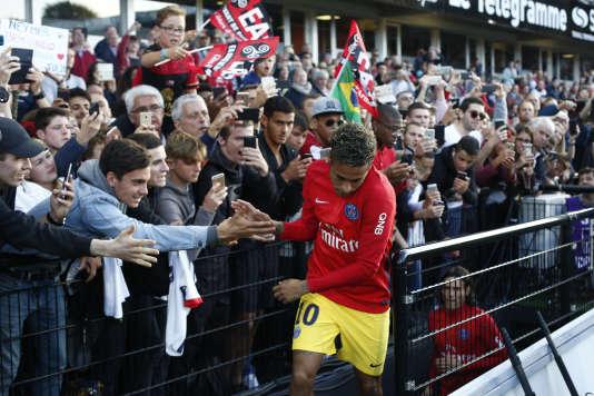 Neymar, lors de son entrée sur la pelouse du Roudourou.