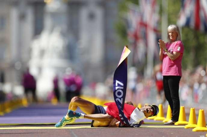 Souffrance et joie, Yohann Diniz s'écroule au sol au moment de franchir en vainqueur la ligne d'arrivée du 50 km marche.