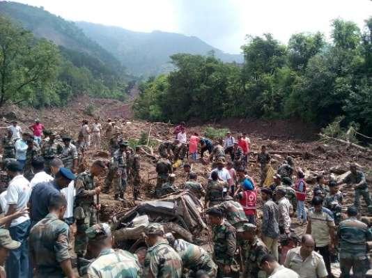 Des soldats de l'armée tentent dimanche 13 août de porter secours à d'éventuels survivants après le glissement de terrain qui a fait au moins six morts dans l'Himachal Pradesh (nord de l'Inde).