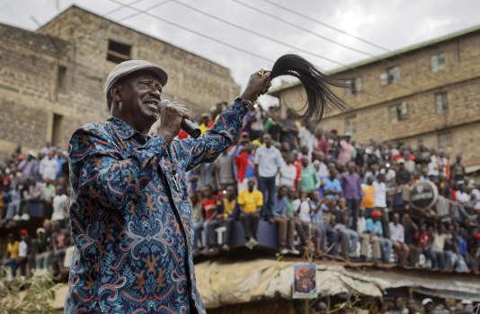 Le leader d'opposition et candidat vaincu à l'élection présidentielle kényane, Raila Odinga, lors de sa première prise de parole depuis l'annonce des résultats, entouré de ses partisans à Nairobi, dimanche 13 août.