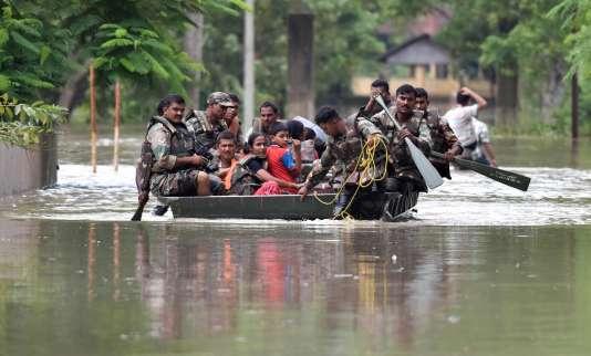 Evacuation de l'armée indienne à Koliabor, dans l'Assam, le 13 août 2017.