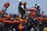 «Parmi les clauses imposées aux ONG figure, notamment, l'obligation d'accueillir, lors des opérations de sauvetage, un agent armé sur leurs bateaux». (Photo : Sauvetage de migrants, embarqués sur un bateau de fortune, par des membres de l'association de sauvetage en haute mer SOS Méditerranée et de Médecins sans frontières, en juin 2016).