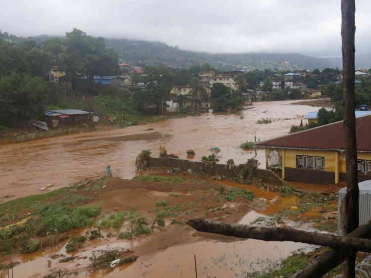 Plus de 300personnes sont décédées à Freetown après les inondations et les glissements de terrain causés par trois jours de pluies torrentielles, selon la Croix-Rouge locale.