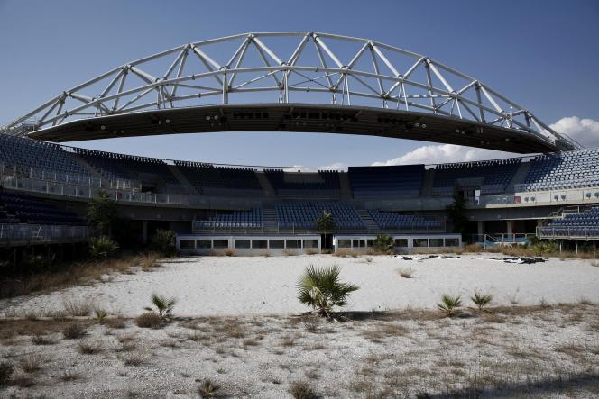 Au sud d'Athènes, le stade du complexe de Faliro, où se déroulait la compétition de beach-volley en 2004, est laissé à l'abandon.